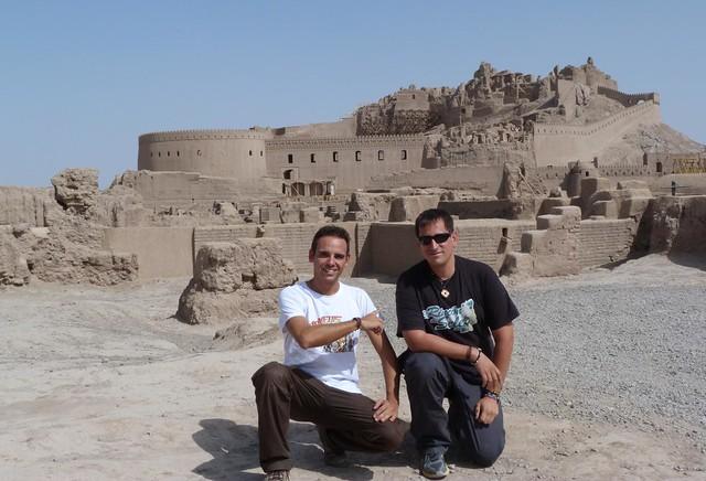Isaac y Sele en la ciudadela de Bam (Irán)