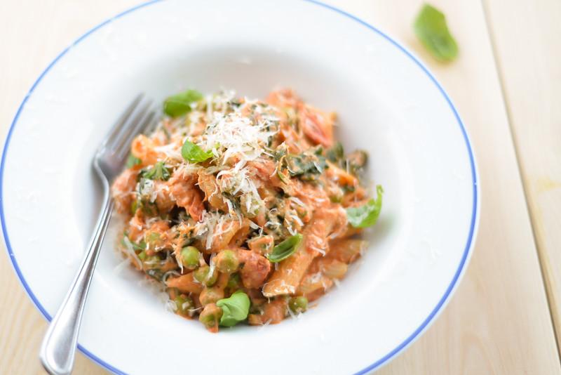 tomat-toorjuustukastmes pasta herneste ja spinatiga