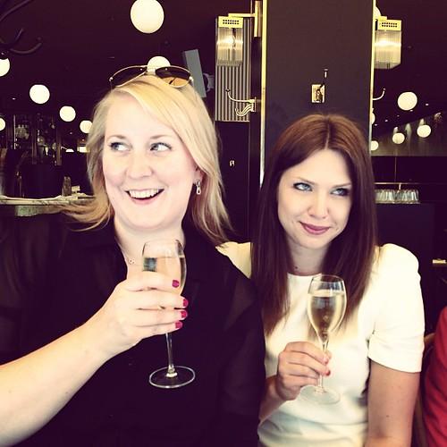 Barhoppar tydligen lite nu lite med @saraohman @jesperbylund  och dricker champagne.