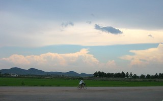Cyclist, near Hanoi, Vietnam - Hà Nội, Việt Nam