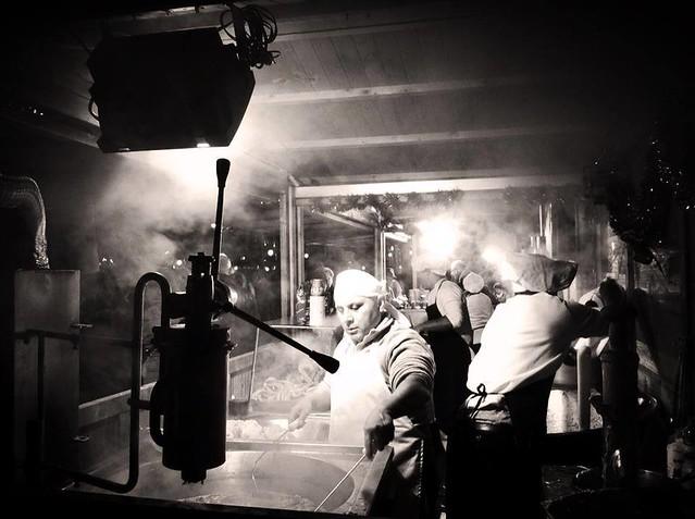 Foto en blanco y negro de un puesto de churros en Alcalá de Henares