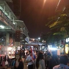 เดินผ่านเช้าเย็น เริ่มเป็นตลาดนัด ปิดของกปปส ไม่เหมือนของแดง เดินเล่นสบายๆ #ม็อบสันติภาพ