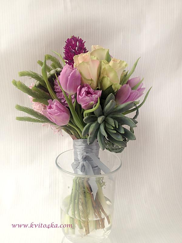 Букет с тюльпанами, гиацинтами и суккулентом
