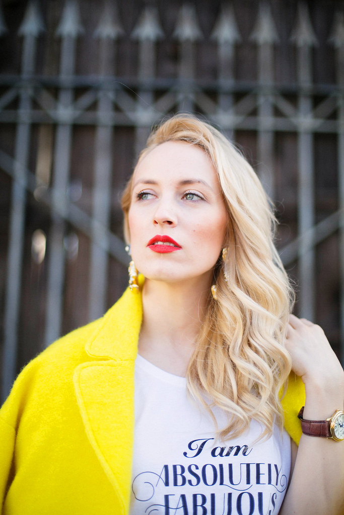 Milan Fashion Week cu Alina Tanasa care poarta haina galbena Zara cu tricou I am Absolutely Fabulous si cercei Escada