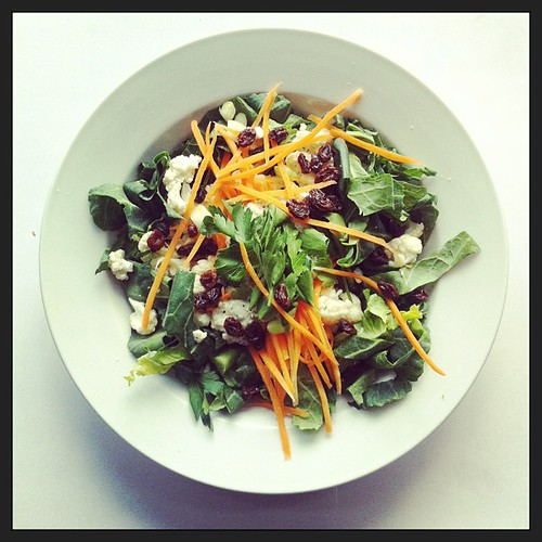 Carrot, cauliflower, raisins, parsley, spring greens, spring onions. #raw #salad #healthyfood #vegan #vegetarian #saladpride by Salad Pride