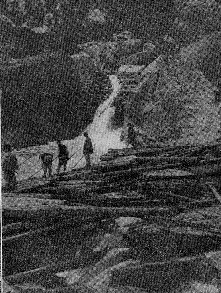 Gancheros creando un cauce artificial de troncos. 1929. Autor, Nemo