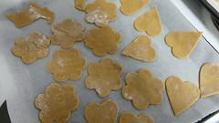 baked goods(0.0), icing(0.0), dessert(0.0), baking(1.0), cookies and crackers(1.0), food(1.0), cookie(1.0), snack food(1.0), biscuit(1.0),