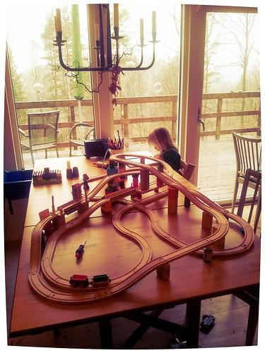 Föräldraledig teknolog leker med dotter. by thepaven