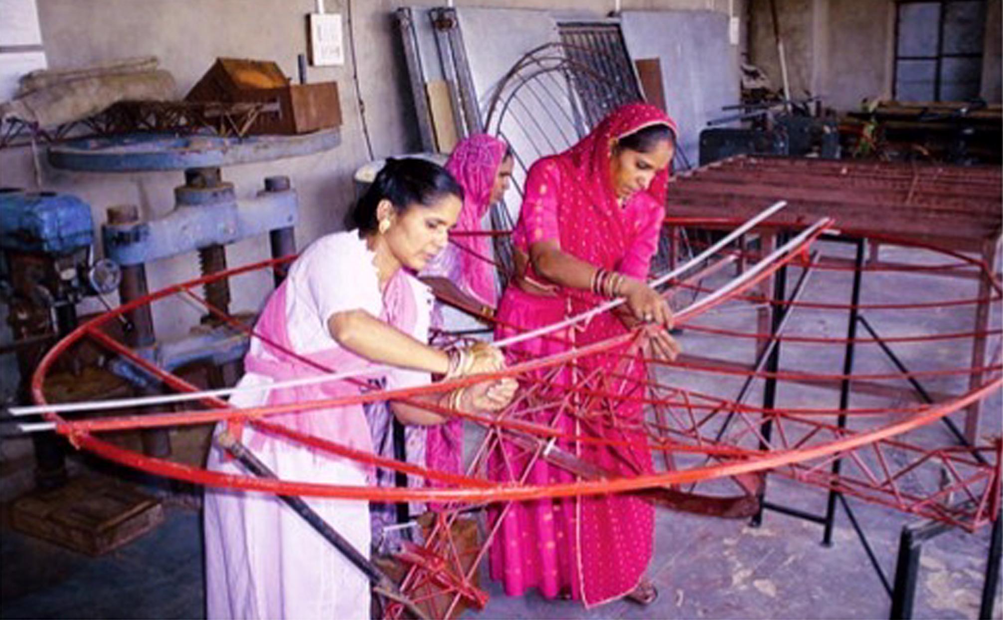 सौर चूल्हा बनाती महिलाएं