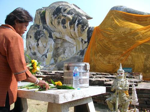 Devoción en Wat Lokaya Sutha