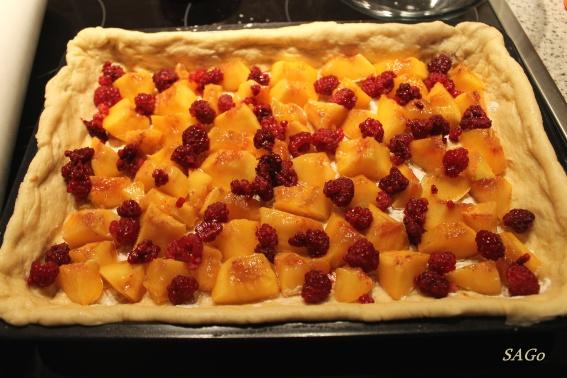 Пирог с персиками и малиной из ночного теста 006