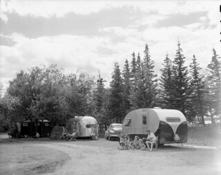 Trailer camp at Waskesiu Lake, Prince Albert National Park, Saskatchewan / Terrain de caravanage près du lac Waskesiu, dans le parc national de Prince Albert, en Saskatchewan