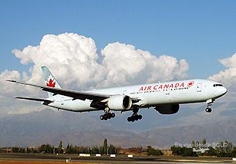Air Canada B777-300ER landing SCL (RD)