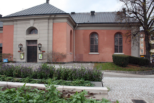"""""""Historien om Hörsalen"""" hördes från ett av fönstren i hörnet."""