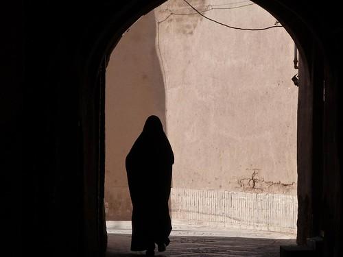 Foto de mujer en un callejón de Yazd (Irán)