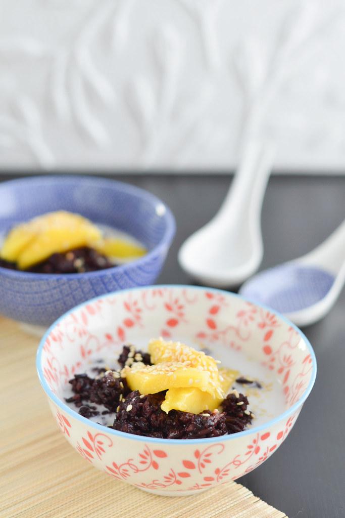 must kleepuv riis mango, kookospiima ja seesamiseemnetega