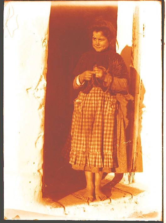 Niña en una venta hacia 1910. Fotografía de Pedro Román Martínez (c) JCCM, AHP, Fondo Rodríguez. Signatura R-144-1-01-pequena