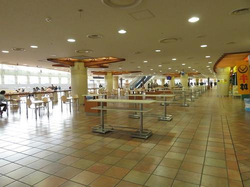 小倉競馬場のグルメ2階ファーストフードプラザのテーブル
