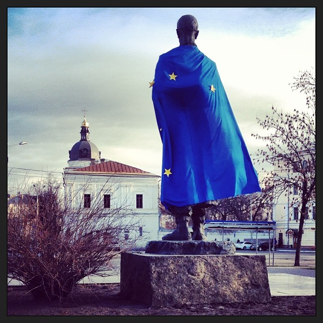 Statues in #Kyiv now adorned with European flags #ukraine #vilnius #euromaidan