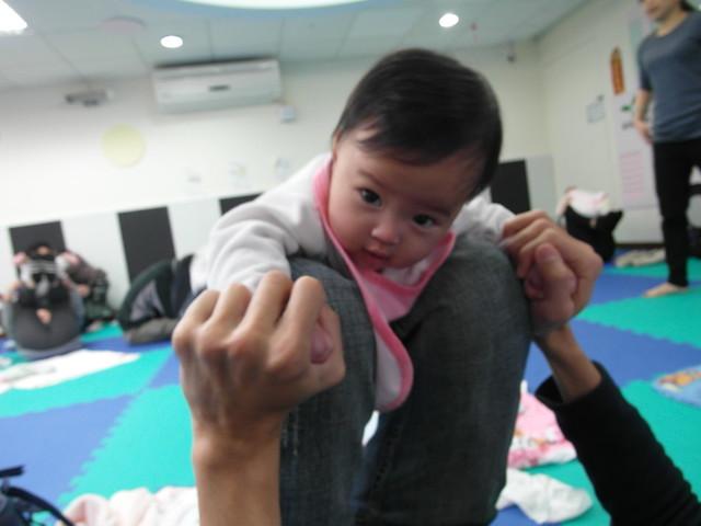 Birthlight嬰兒瑜珈:趴在大人的小腿上下電扶梯式移動