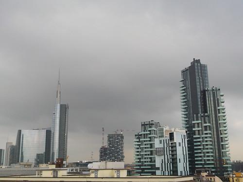 Milano con le nuvole in altezza by Ylbert Durishti