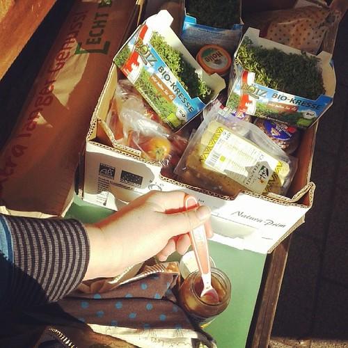 Einkaufen und dann vorm Bioladen sitzen und das Mädchen füttern. #12v12