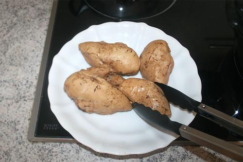 33 - Hähnchenbrüste aus Topf entnehmen / Remove chicken breast from pot