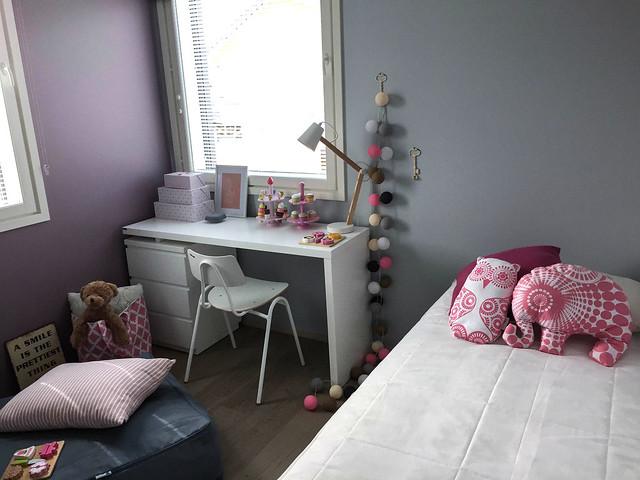 vaaleanpunalilalastenhuone