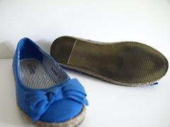outdoor shoe(0.0), leather(0.0), leg(0.0), flip-flops(0.0), footwear(1.0), shoe(1.0), slipper(1.0),