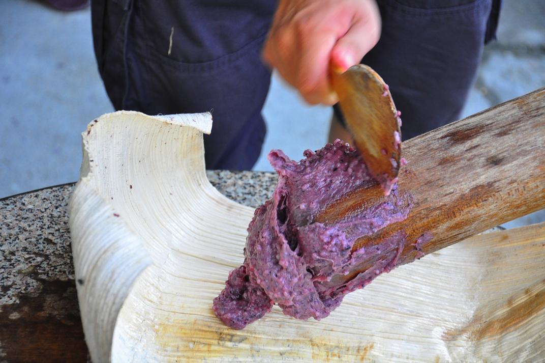 紅糯米搗攪的麻糬,圖片來源:劉軒含