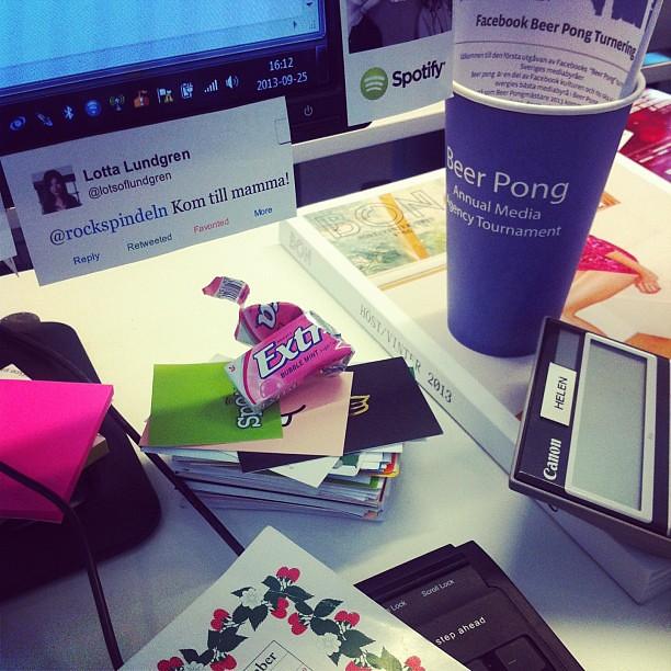 Mitt skrivbord: fullt av mediebyråstilleben! Samt en (1) av mina utskrivna tweets från Lotta Lundgren.