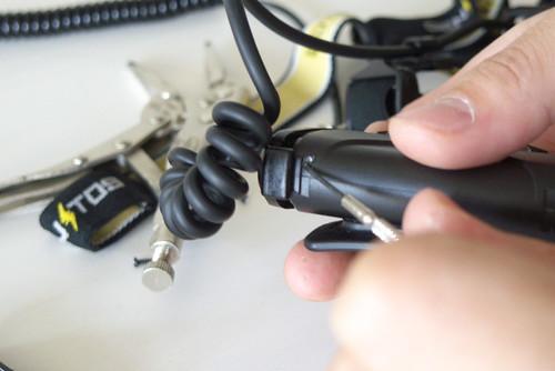 電池パック側はツメをこじって開けます