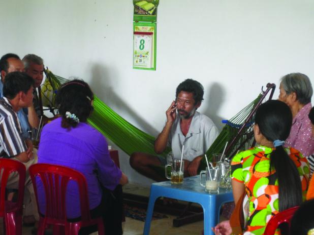 """Nhiều người dân đang """"trị bệnh"""" tại nhà """"thần y"""" Võ Tấn Hùng."""