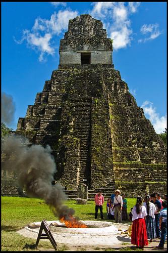 Ceremonia maya frente a templo I