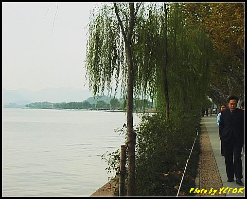杭州 西湖 (其他景點) - 098 (從北山路的湖畔看西湖白堤上的錦帶橋及背景 孤山)