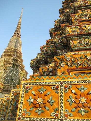 Hermosas figuras adornan las construcciones del Wat Pho