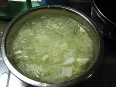玉ねぎをスライスして水にさらします