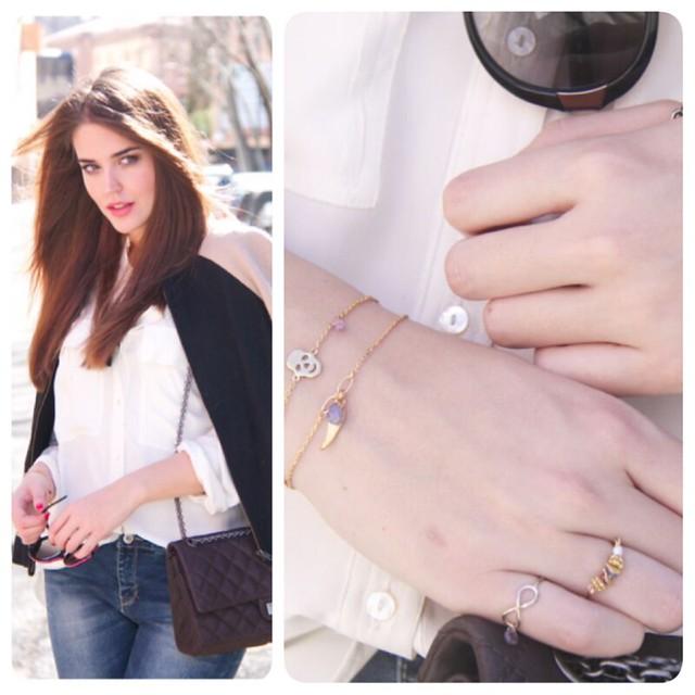 Clara Alonso con sortijas y pulseras Gemmasu Jewels.