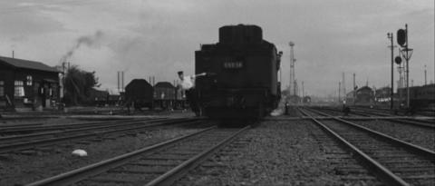 45−峰山駅構内で貨車に近づくD6058