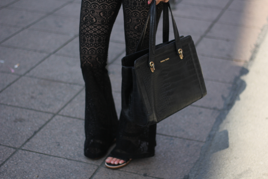 Outfit-leg-flares-schlaghose-spitze-muster-bag-mango-black-detail-street-individual-fashion