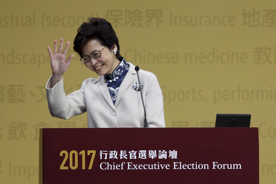 林鄭月娥向支持者揮手。