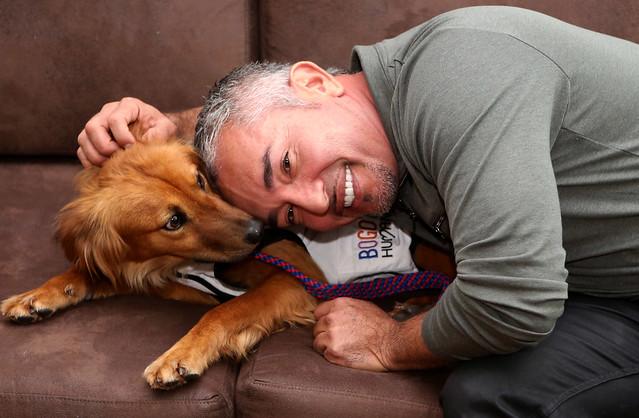 El alcalde Mayor de Bogotá, Gustavo Petro, rindió un homenaje al encantador de perros, Cesar Millan, por su labor a favor de los animales en el mundo