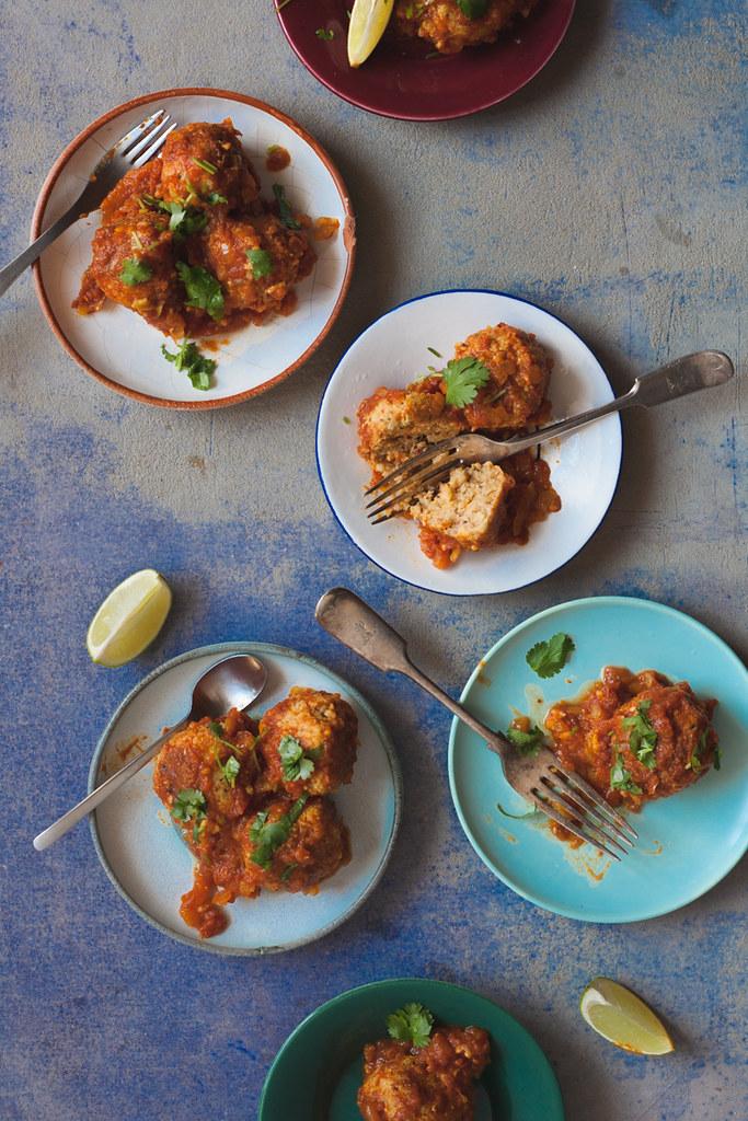 almôndegas picantes de bulgur em molho de tomate e tamarindo