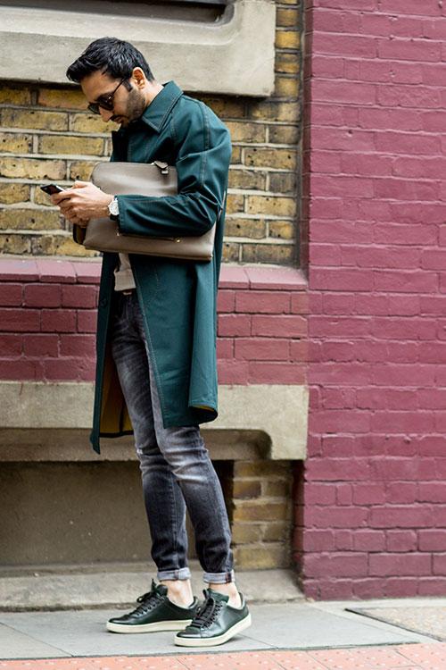 緑ステンカラーコート×ブラックジーンズ×深緑レザースニーカー