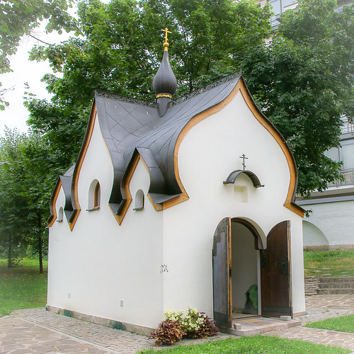 Small church in Marfo-Mariinsky Convent, Moscow, Russia モスクワ、マルフォ・マリンスカヤ修道院の小さな教会