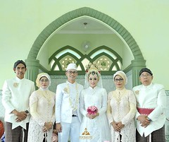 :gift_heart: foto bareng orang tua. foto usai ijab qobul pernikahan di wedding kk @mildha92 & @willy_bahari di Gedung Tiara Graha Jogja.  Foto wedding by @ownerpoetrafoto & @ditoswastika (@poetrafoto wedding photographer team), http://wedding.poetrafoto.c