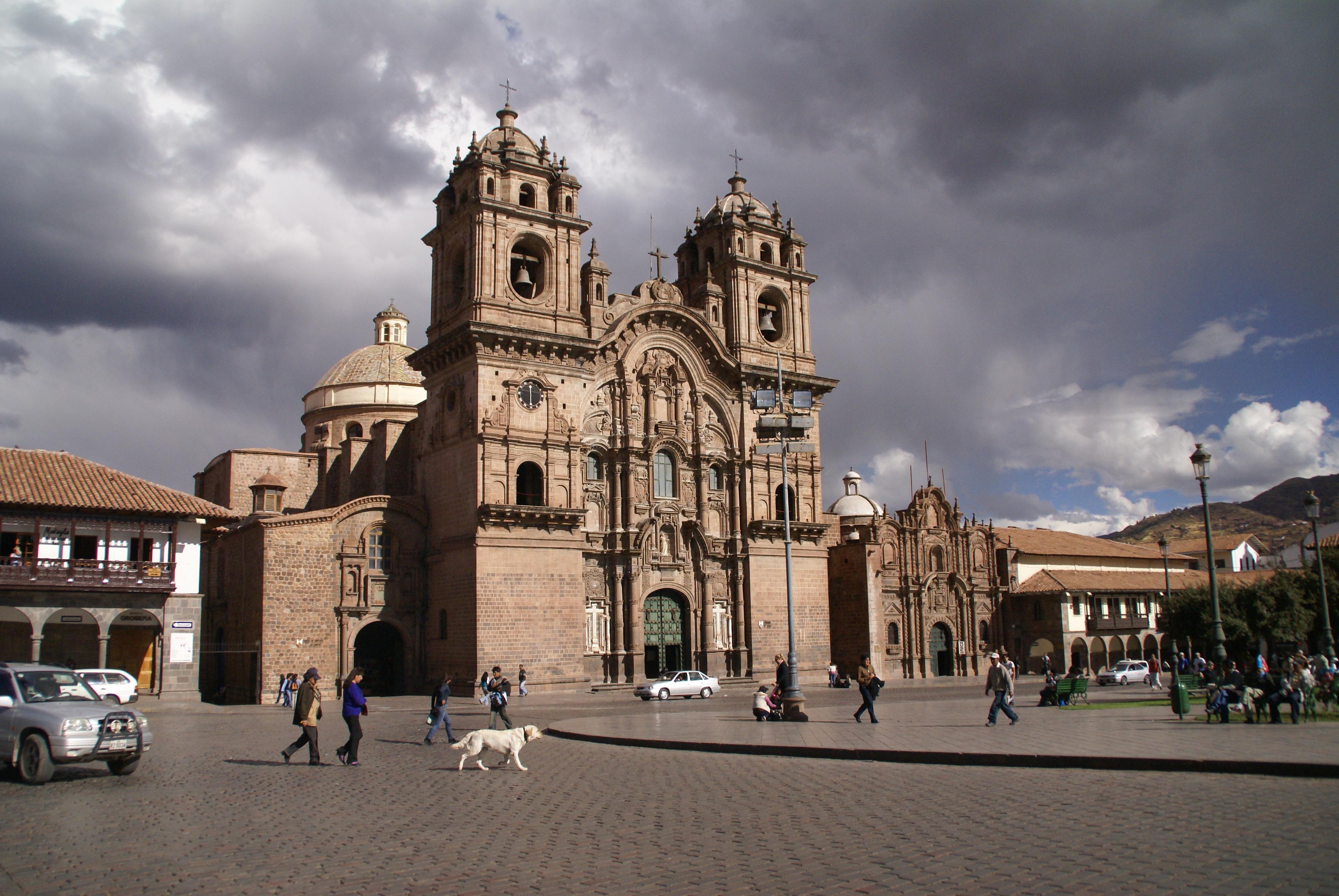 Plaza de Armas e Iglesia de la Compañía de Jesús, en Cuzco, Perú. Autor, Palindrome6996