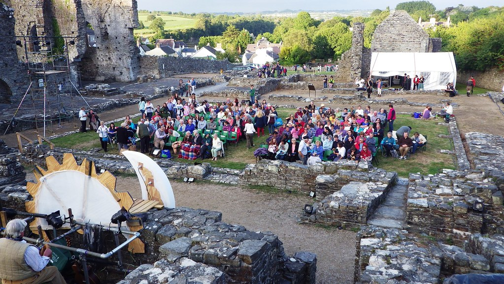 A crowd gathers to watch Shakespeare at the Abbey