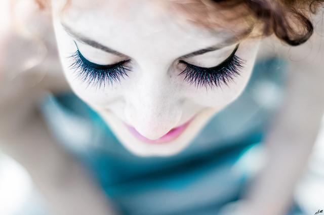 Chiudi gli occhi e sorridi, che se il mondo esplode noi mica ci pensiamo.