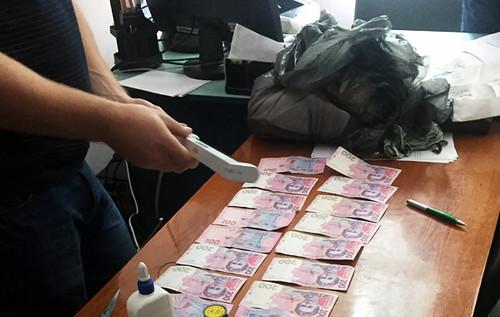 Чиновник попався з хабаром у 5 600 гривень